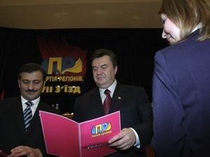 87511f4-janukovich-ta-dzharti-razom-rozbudovuvali-partiju-regioniv