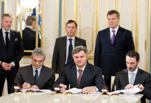 Едуард Ставицький підписує угоду про розподіл шельфу Чорного моря. Фото із сайту Міненерговугілля