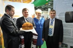 Едуард Ставицький (по центру) люб'язно запрошує підприємців до партнерства з державою