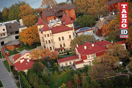 Маєток депутата у Конча-Заспі стоїть поруч із будинком Юлії Володимирівни (невисокий маєток на передньому плані)